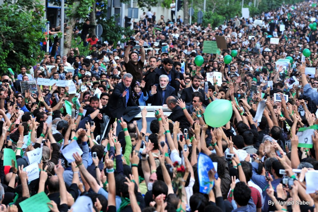 Opposition leader Mir Hossein Mouasvi being greeted by supporters, June 18, 2009. Photo: Hamed Saber / Wikimedia