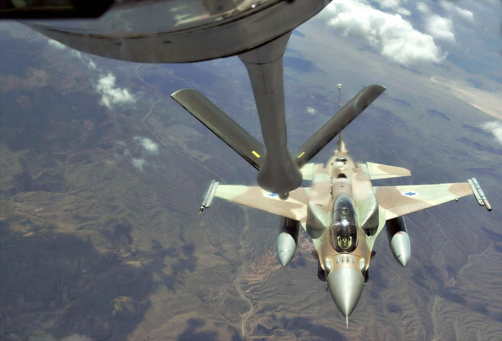 An Israeli Air Force F-15I (Ra'am) maneuvers away after receiving fuel from a KC-135 Stratotanker over Nevada's test and training ranges, Aug 25, 2004. Photo: Kevin Gruenwald / Wikimedia