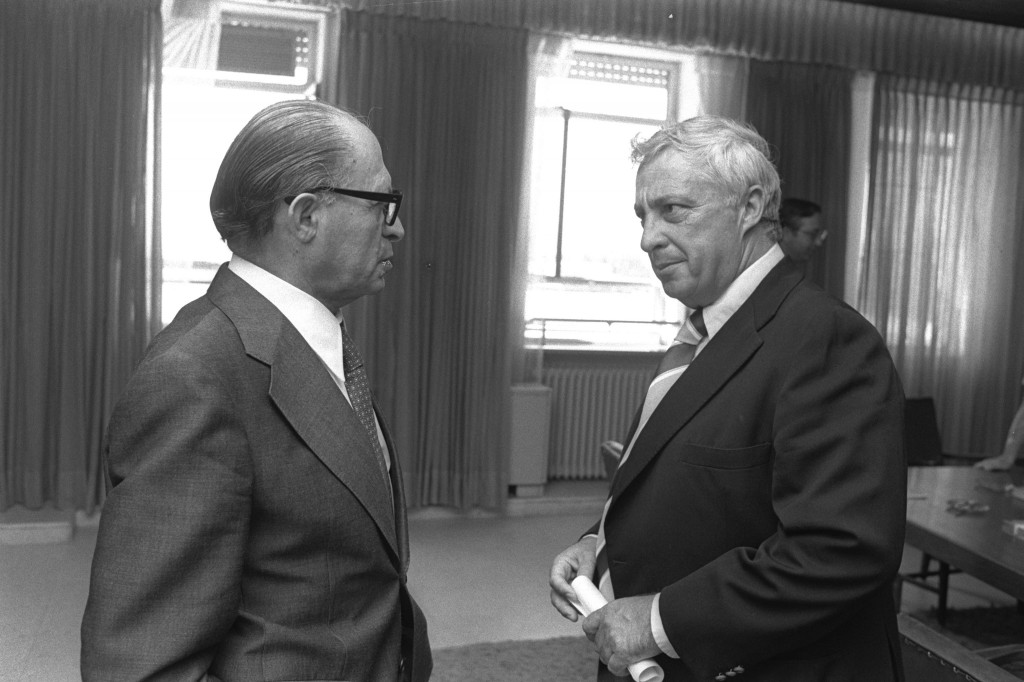 Agriculture Minister Ariel Sharon meets with Prime Minister Menachem Begin at the Prime Minister's Office in Jerusalem, August 9, 1977. Photo: Israel Government Press Office / Wikimedia