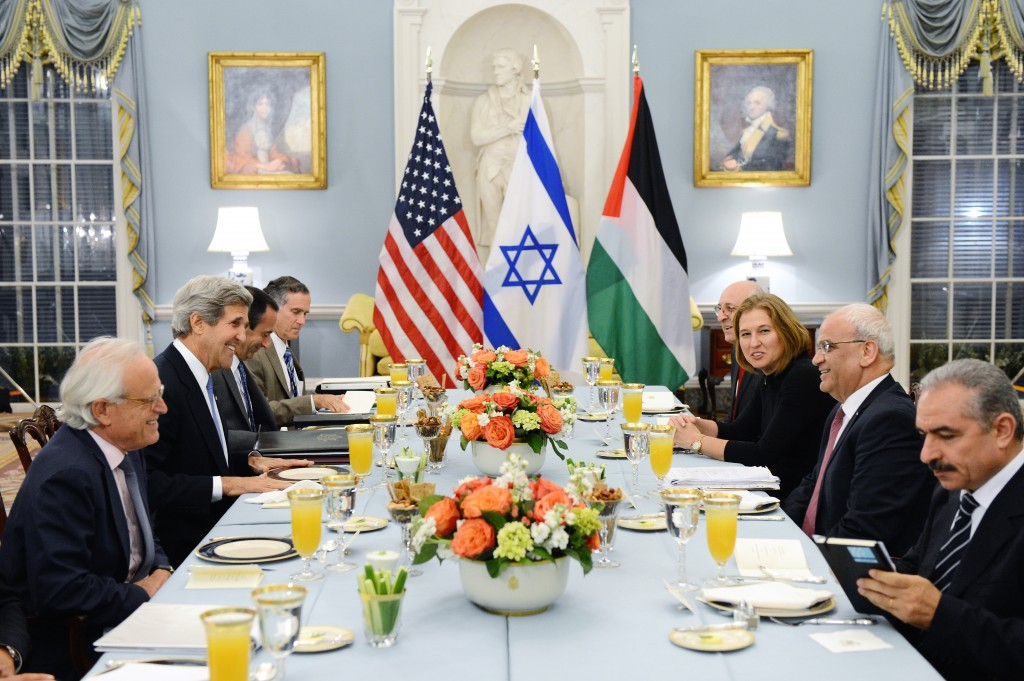 U.S. Secretary of State John Kerry hosts an Iftar dinner for Israeli Justice Minister Tzipi Livni and Palestinian chief negotiator Saeb Erekat at the U.S. Department of State in Washington, D.C., on July 29, 2013. Photo: U.S. Department of State / Wikimedia