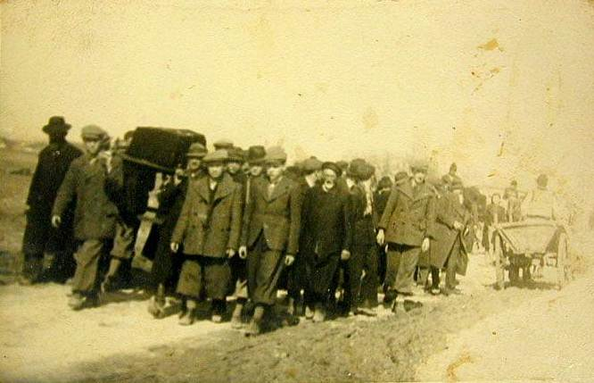 Funeral of a victim of the Hebron massacre, 1929. Photo: Chesdovi / Wikimedia