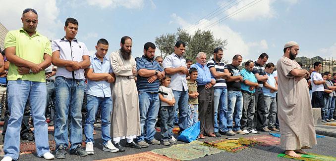 20140513_Muslims_pray_in_Jerusalem_(David_Katz_The_Israel_Project)