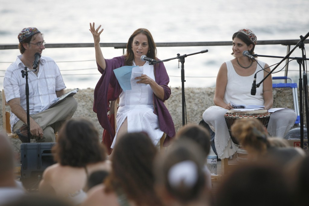 Ruth Calderon speaks during Kabbalat Shabbat services at the port in Tel Aviv, August 15, 2008. Photo: Miriam Alster / Flash90