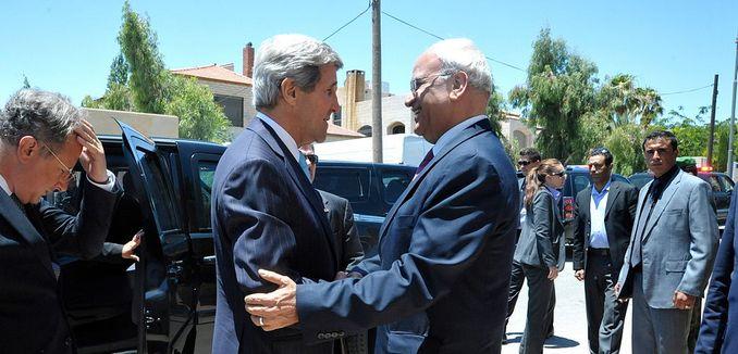 FeaturedImage_2014-05-08_WikiCommons_1024px-Secretary_Kerry_meets_with_PA_negotiator_Erekat