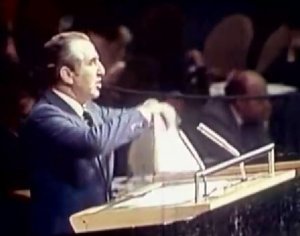 Israeli ambassador to the United Nations Chaim Herzog rips up Resolution 3379  while denouncing it from the plenum in 1975. Photo: Hebrew University of Jerusalem / YouTube
