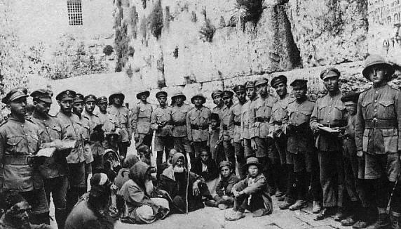 Jewish Legion soldiers at the Western Wall after defeating the Ottomans, 1917. Photo: Ub / Wikimedia