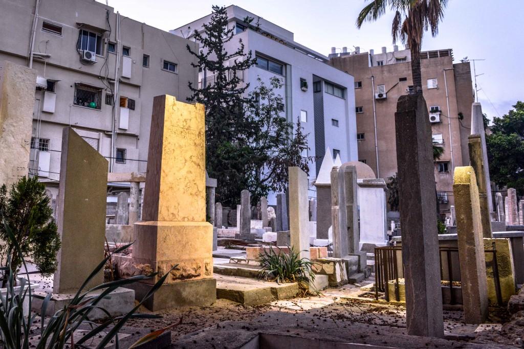Trumpeldor Cemetery lies in an undescript residential neighborhood. Photo: Aviram Valdman / The Tower