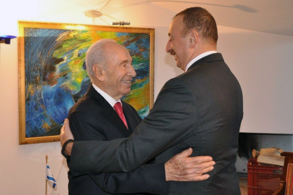 President of Azerbaijan Ilham Aliyev (R) embraces Israeli President Shimon Peres during the annual meeting of the World Economic Forum in Davos, Switzerland, January 22, 2014. Photo: President Spokesperson / Flash90