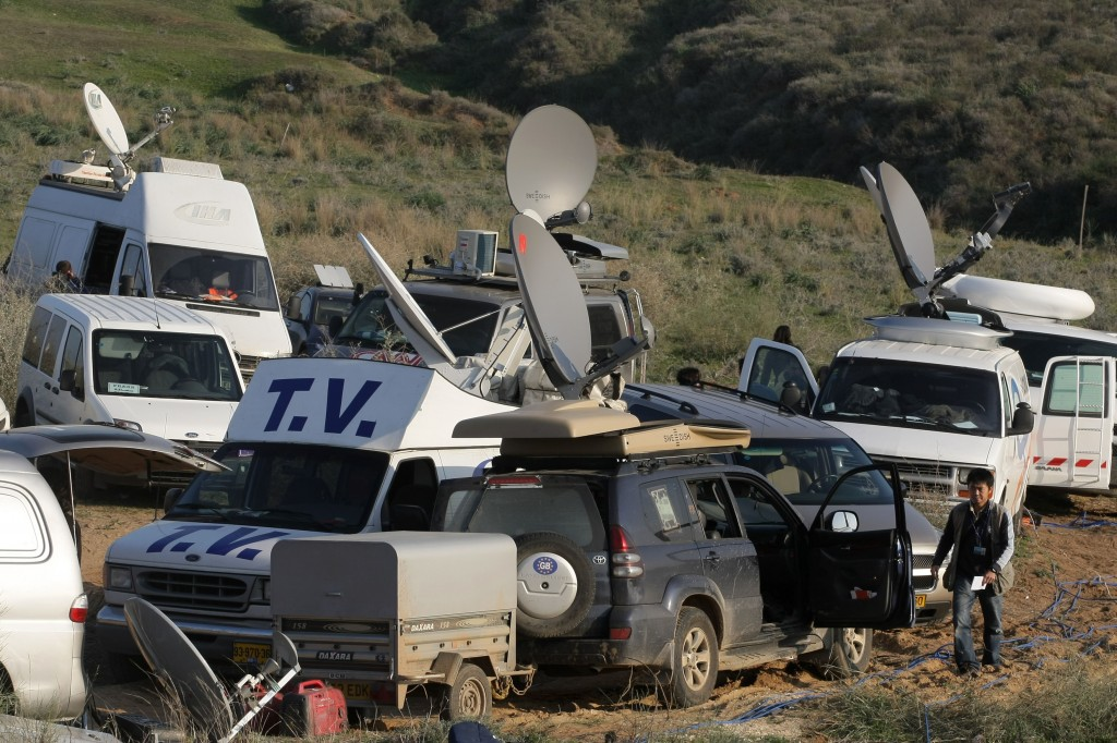 Foreign press from around the world take positions on a hill near the southern Israeli town of Sderot as the Israeli army operates inside Gaza during Operation Cast Lead. Photo: Kobi Gideon / Flash90