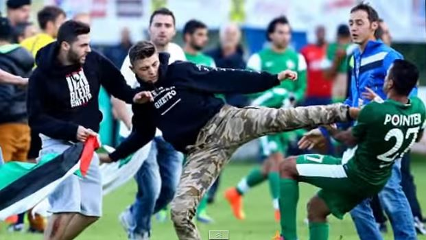 A pro-Palestinian protester attacks a Maccabi Haifa player during a scrimmage in Austria. Photo: sporty news / YouTube