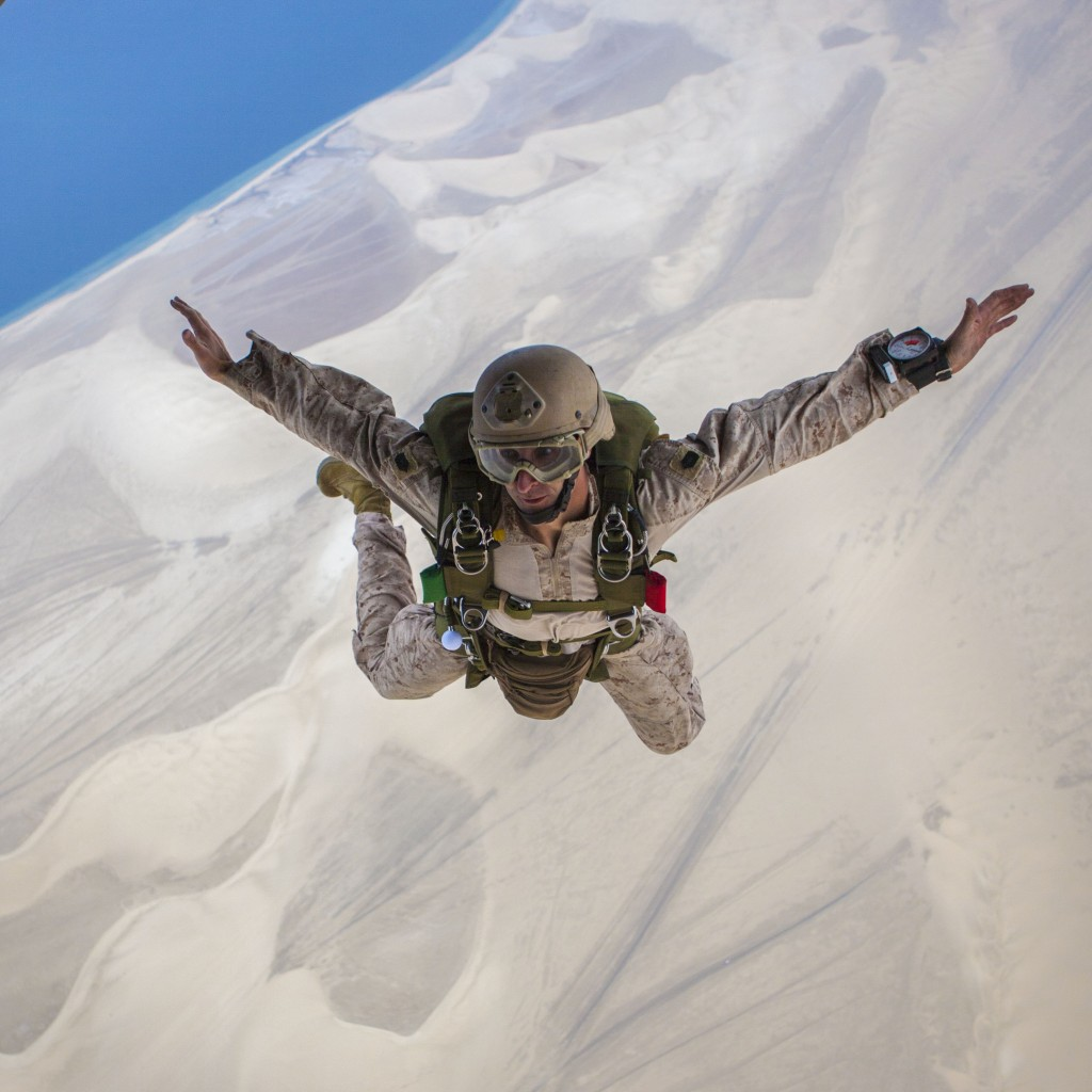 U.S. Marine Corps Master Sgt. Cory Paskavan re-enlists during a parachute operation as part of Eagle Resolve 13 over Qatar, April 26, 2013. Photo: Chris Stone / Wikimedia