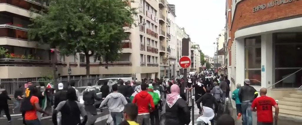 Pro-Palestinian protesters run towards the Synagogue de la Roquette. Photo: RuptlyTV / YouTube