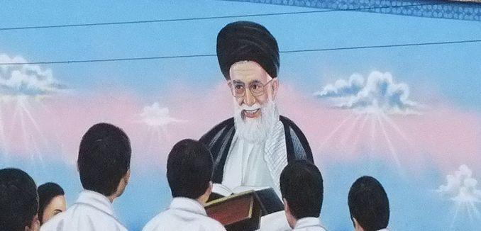 FeaturedImage_2014-08-13_WikiCommons_Khamenei_wallpainting-Kashmar