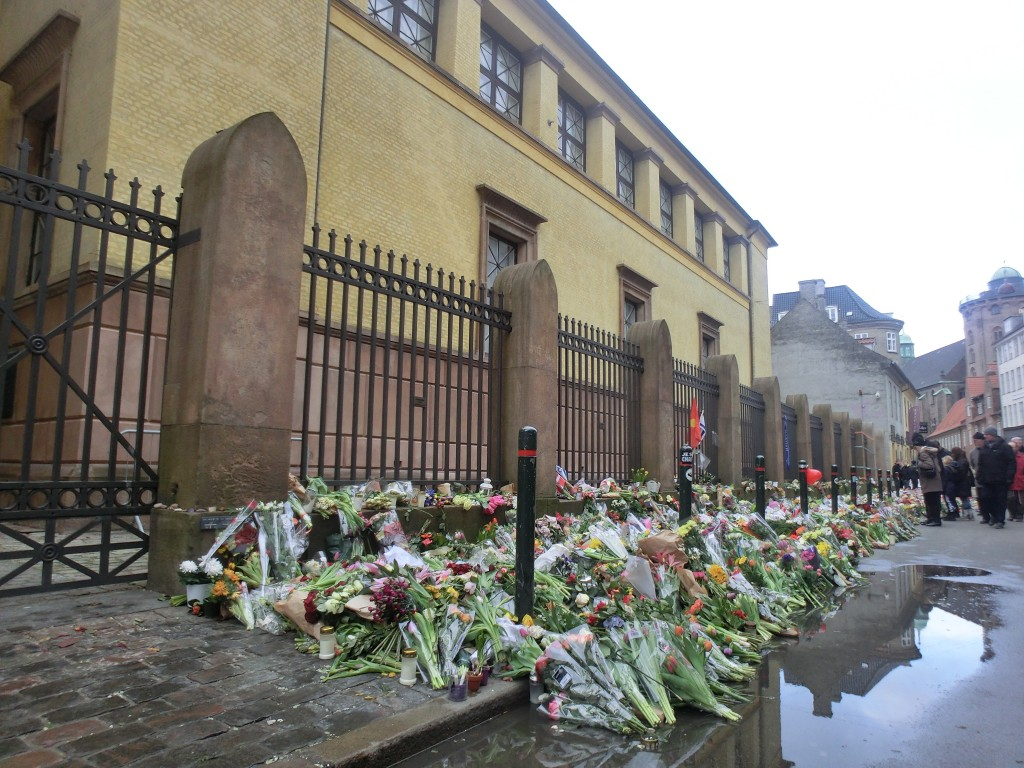 Flowers were placed in front of Copenhagen's Great Synagogue after a shooting that left a Jewish security guard dead. Photo: Kim Bach / Wikimedia