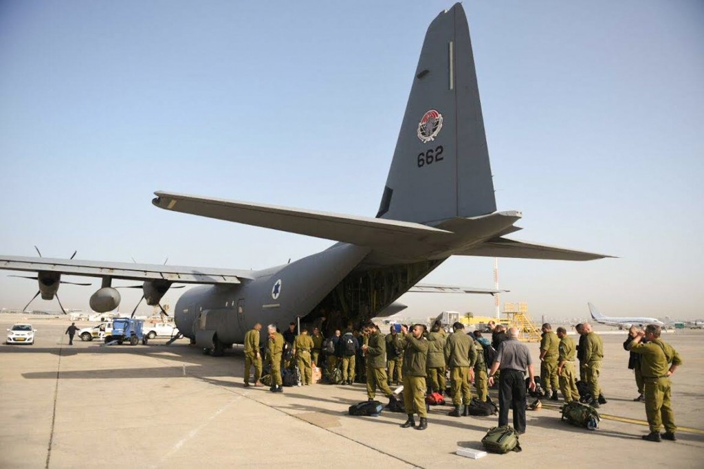 The IDF aid delegation prepares to board a plane  to Nepal. Photo: IDF / Flash90