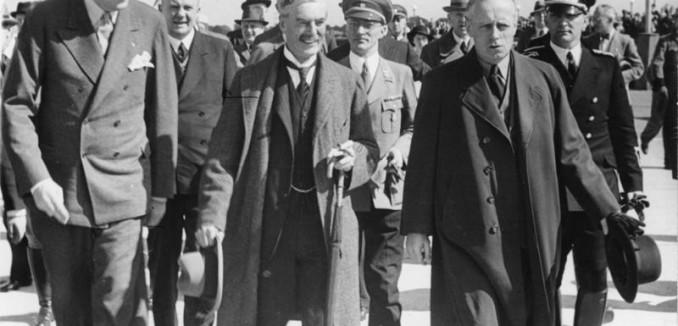 Bundesarchiv_Bild_183-H12486,_Vorbereitung_Münchener_Abkommen,_Chamberlain_auf_dem_Flugplatz_Oberwiesenfeld