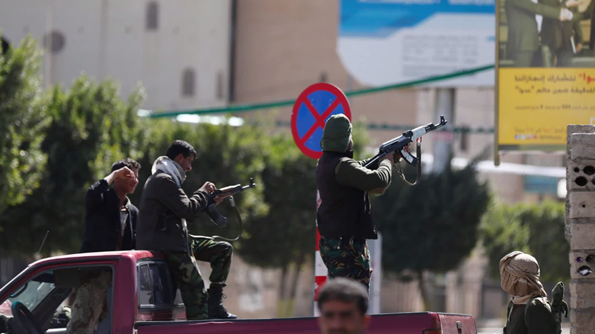 Houthi rebels surround the presidential palace in Sana'a, Yemen. Photo: Tomo News US / YouTube