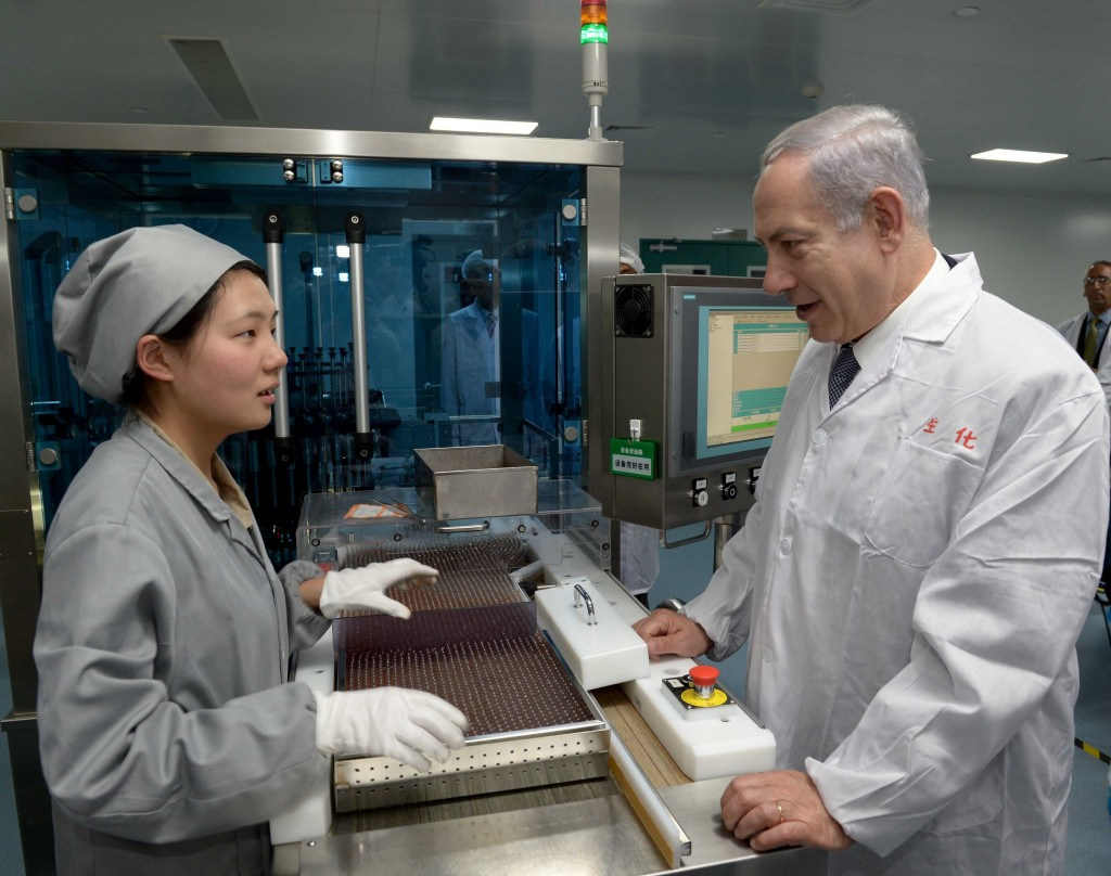 Israeli Prime Minister Benjamin Netanyahu visits a pharmaceutical factory in Shanghai, May 7, 2013. Photo: Avi Ohayon / GPO / Flash90