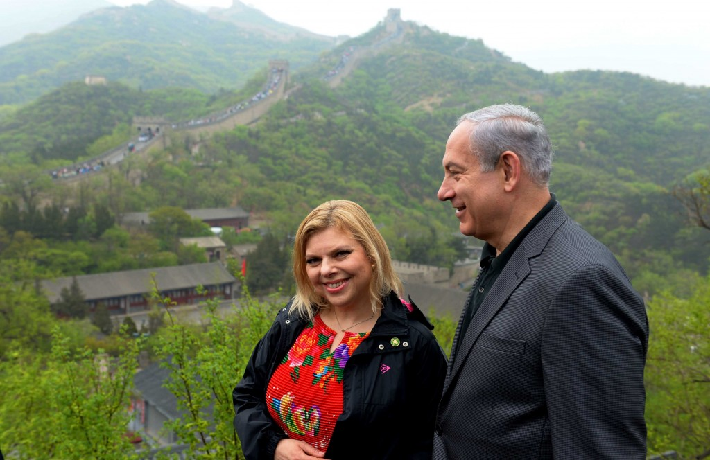 Israeli Prime Minister Benjamin Netanyahu and his wife Sara walk along the Great Wall of China in Beijing, May 9, 2013. Photo: Avi Ohayon / GPO / Flash90
