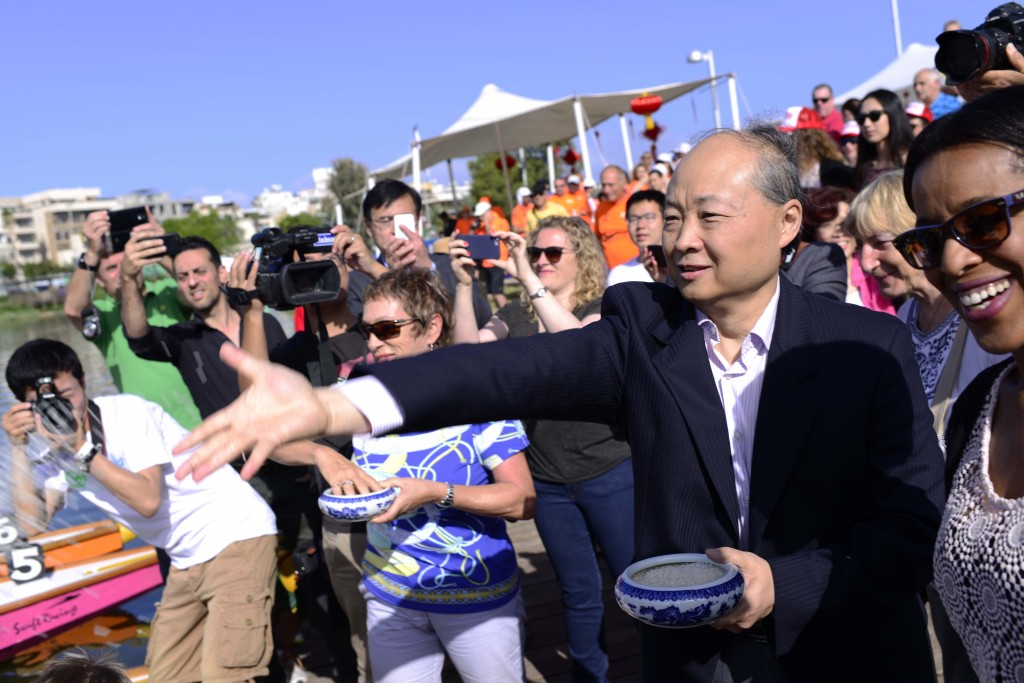 Chinese Ambassador to Israel Zhan Yongxin attends the Dragon Boats Carnival held in Yarkon Park in Tel Aviv, May 1, 2015. Photo: Tomer Neuberg / Flash90