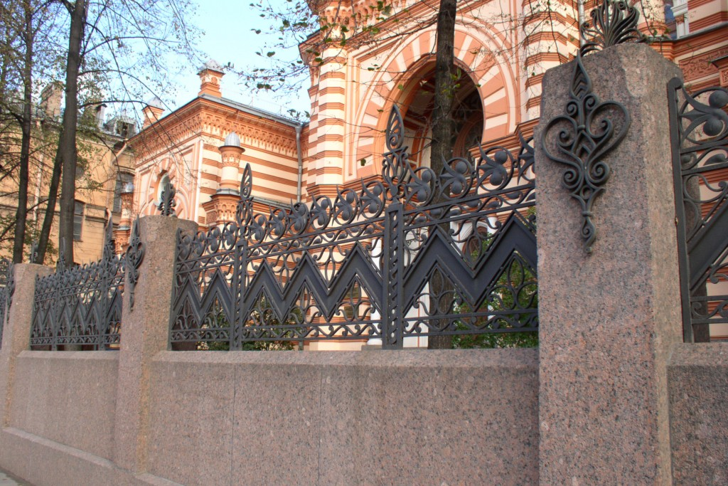 The fence around Saint Petersburg's Grand Choral Synagogue. Photo: Sergey Kudryavtsev / Wikimedia