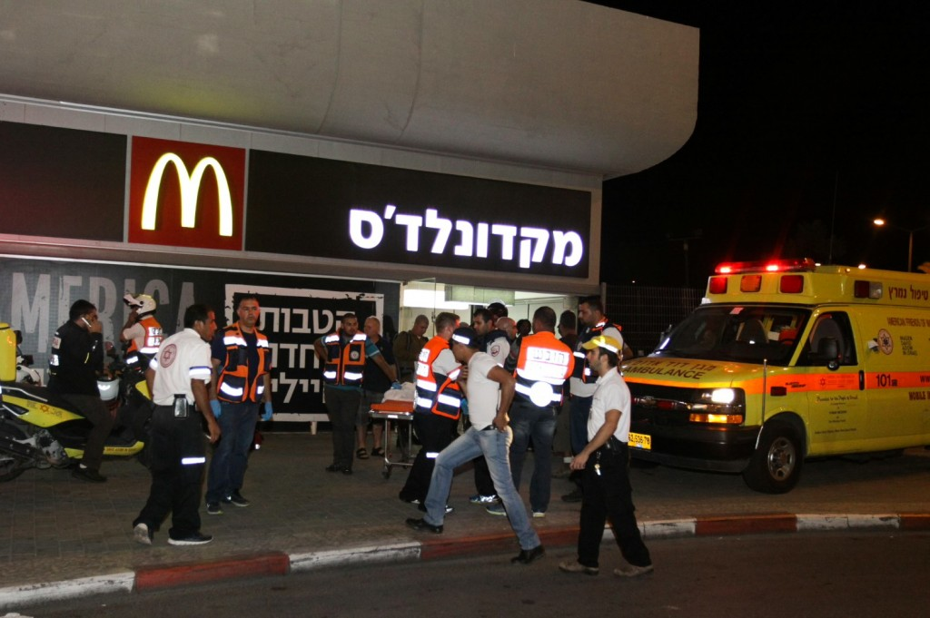 Police and rescue workers at the scene of shooting and stabbing attack at the Central Bus Station in the southern city of Beersheva, October 18, 2015, Photo: Meir Even Haim / Flash90