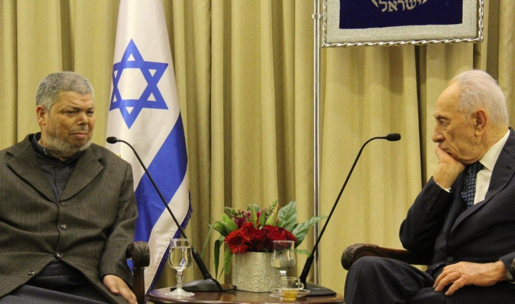 Sheikh Abdullah Nimer Darwish, the spiritual leader of the more moderate branch of the Islamic Movement, in a meeting with Israeli President Shimon Peres, April 2014. Photo: al-Makan