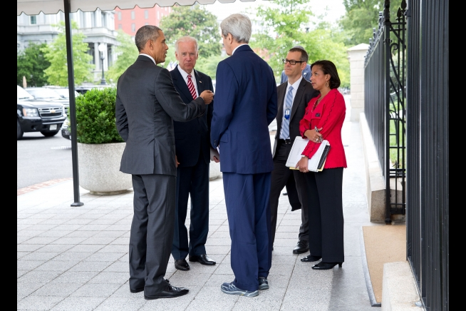 President Barack Obama talks with Vice President Joe Biden, Secretary of State John Kerry, Colin Kahl, National Security Advisor to the Vice President, and National Security Advisor Susan Rice outside the West Wing of the White House, July 15, 2015. Photo: Pete Souza / White House / Wikimedia