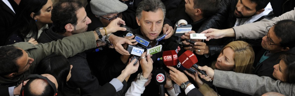 Mauricio Macri is swarmed by reporters, July 2015. Photo: Gobierno de la Ciudad de Buenos Aires / flickr