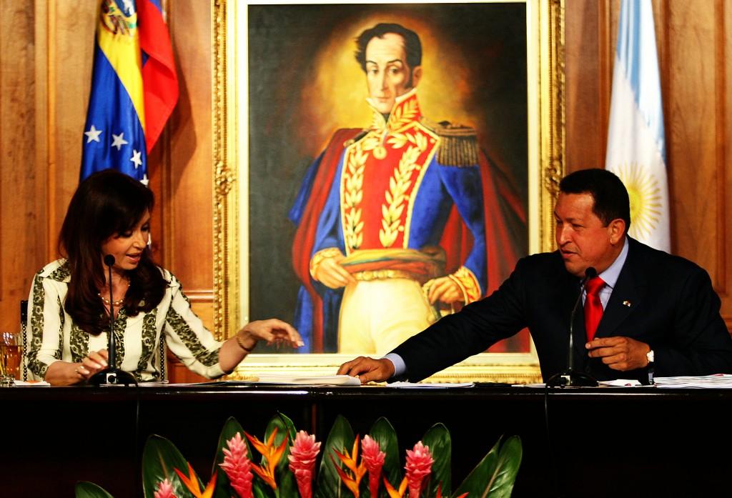 Argentine President Cristina Fernandez de Kirchner and Venezuelan President Hugo Chavez sign bilateral agreements at the Palacio de Miraflores in Caracas. Photo: Bernardo Londoy / flickr