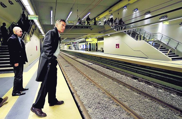 Mauricio Macri waits for a train. Photo: Gustavo Garello / flickr