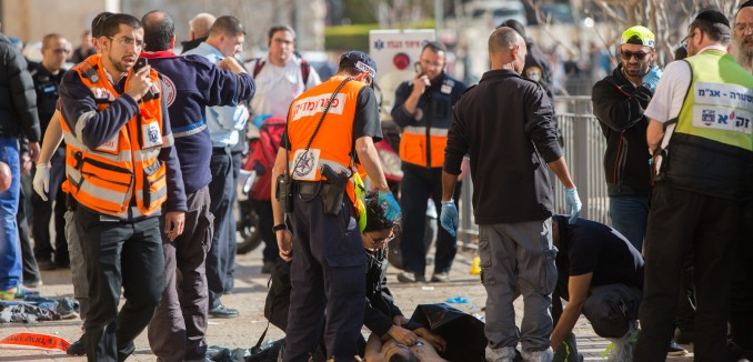 Israeli security personnel at the scene where two Palestinian stabbed three Israelis at the Old City's Jaffa Gate in Jerusalem on December 23, 2015. Photo by Yonatan Sindel/Flash90 *** Local Caption *** éøåùìéí ôéâåò èøåø ùòø éôå òéø òúé÷ä ôìñèéðé ôöåòéí