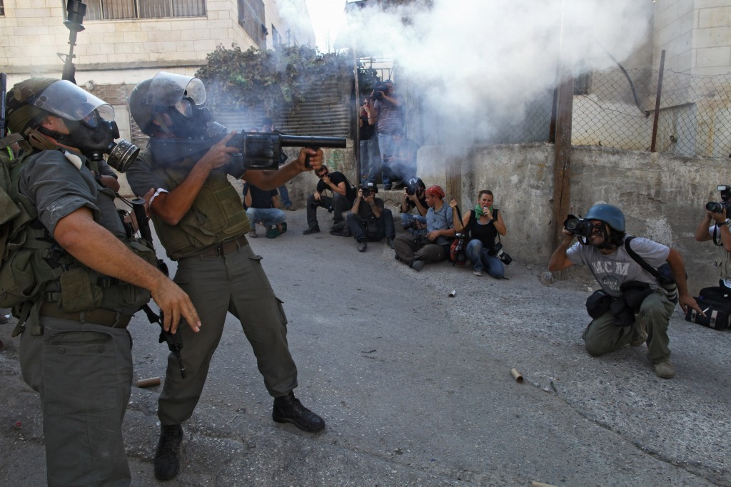 Photographers capture Israeli soldiers clashing with young stone-throwing Palestinians at the Qalandiya checkpoint near the West Bank city of Ramallah, October 9, 2009. Photo: Nati Shohat / Flash90