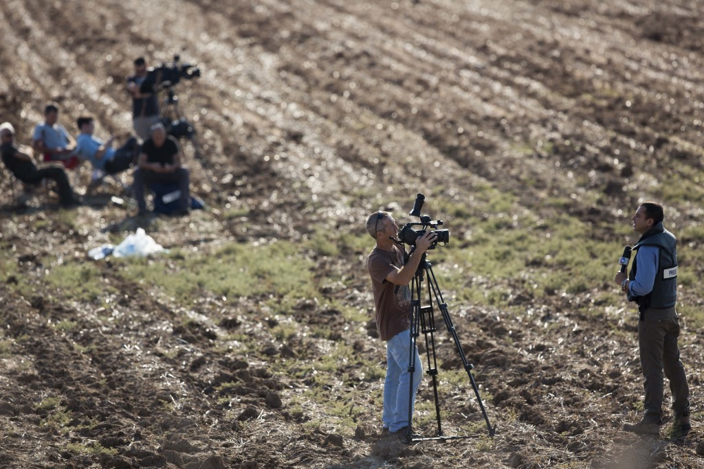 Foreign journalists report next to the Iron Dome system near the city of Ashdod, November 15, 2012. Photo: Yonatan Sindel / Flash90