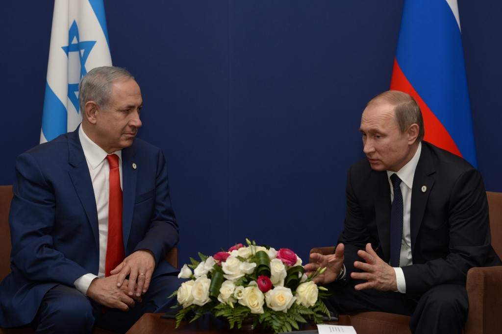 Israeli Prime Minister Benjamin Netanyahu meets with Russian President Vladimir Putin during the United Nations Climate Change Conference in Paris, November 30, 2015. Photo: Amos Ben Gershom / GPO / Flash90