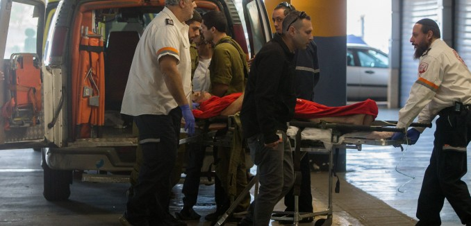 Medics wheel a wounded Israeli man into the emergency room of the Shaare Zedek Medical Center on January 31, 2016, Three Israeli were wounded on Sunday morning when a Palestinian gunman opened fire at an IDF checkpoint near the jewish settlement of Beit El, in the West Bank. Photo by Yonatan Sindel/Flash90 *** Local Caption *** ôéâåò ã÷éøä áéú àì áéú çåìéí ôöåò ùòøé öã÷ àîáåìðñ
