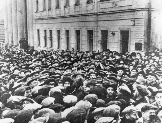 Israeli Ambassador to the Soviet Union Golda Meir is surrounded by 50,000 Jews near Moscow Choral Synagogue on the first day of Rosh Hashanah, 1948. Photo: Wikimedia