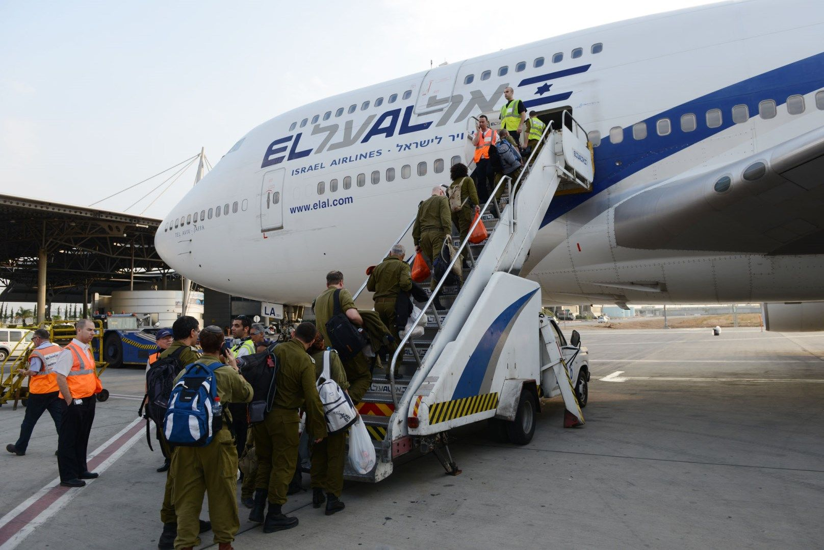 IDF rescue workers boarding an airplane to the Philippines on November 13, 2013. Photo by IDF Spokesperson/FLASH90.