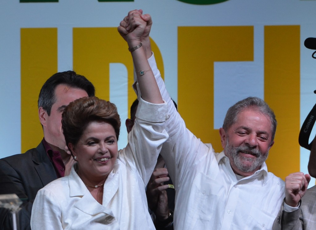 Brazilian president leader Dilma Rousseff (left) and her predecessor Luiz Inácio Lula da Silva celebrate her re-election victory, October 27, 2014. Photo: Fabio Rodrigues Pozzebom / Agência Brasil / Wikimedia