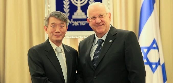 Israeli President Reuven Rivlin attends a ceremony of the incoming South Korea Ambassador to Israel, Lee Gun-tae, at the President's house in Jerusalem. December 4, 2014. Photo by Issac Harari/Flash90 *** Local Caption *** ????? ??????? ?????? ???? ???? ????? ????? ?????? ???? ?????? ???? ??????