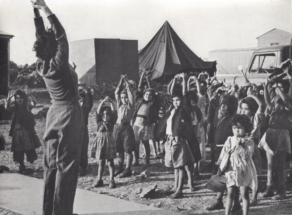 Immigrant children do exercises with their teacher in an Israeli refugee camp, c. 1951. Photo: Pikiwiki / Wikimedia