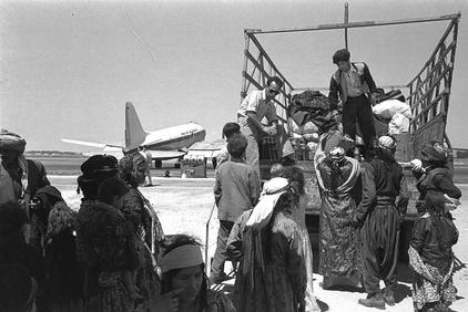 Jewish immigrants from Iraq arriving in Lod Airport, 1951. Photo: National Photo Archive / Wikimedia