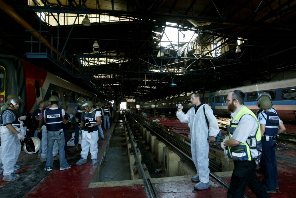 Police and medics inspects the site of a rocket attack by Hezbollah at the Haifa train station, July 16, 2006. Photo: Pierre Terdjman / Flash90
