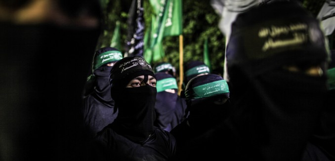 Palestinians supporting Hamas take part in a rally to protest against an Israeli police raid on Jerusalem's al-Aqsa mosque, in Rafah in the southern Gaza Strip, on September 15, 2015. Israeli police raided the plaza outside Jerusalem's al-Aqsa mosque on Sunday in what they said was a bid to head off Palestinian attempts to disrupt visits by Jews and foreign tourists on the eve of the Jewish New Year. Photo by Emad Nassar/Flash90 *** Local Caption *** äôâðä ôìñèéðé òæä äø äáéú çîàñ äîàñ