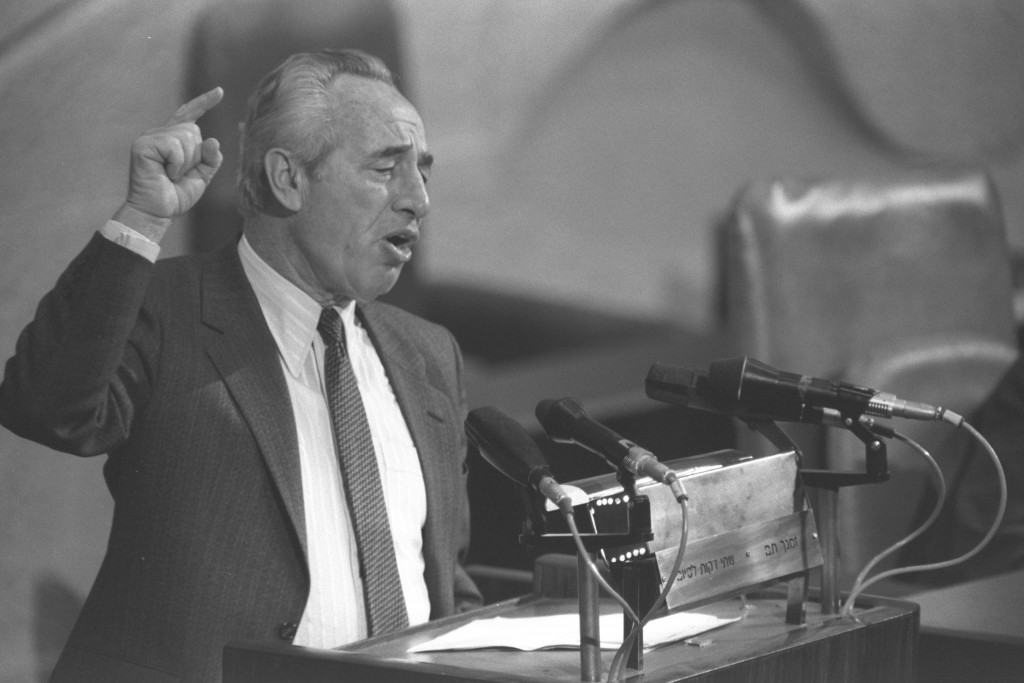 Prime Minister Shimon Peres replies to a no-confidence motion in the Knesset, February 3, 1986. Photo: Nati Harnik / Government Press Office