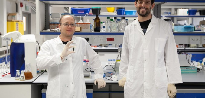 doctoral-students-dan-kallmann-left-and-gadiel-saper-with-spinach-extract-in-the-technion-hydrogen-lab-photo-courtesy-1168x657