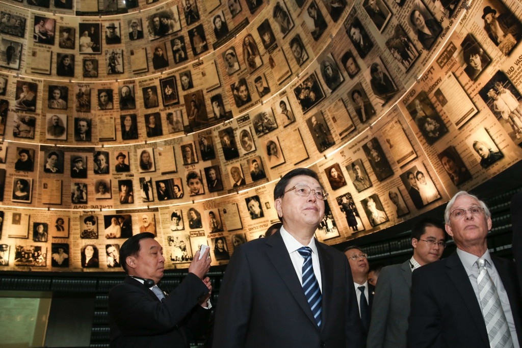 Chinese Parliament Speaker Zhang Dejiang visits the Yad Vashem Holocaust memorial museum in Jerusalem, September 20, 2016. Photo: Isaac Harari/Flash90