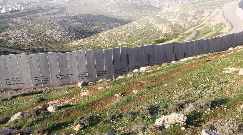 foto via info@sendamessage.nl van de muur in bezet Palestijns gebied door Israël