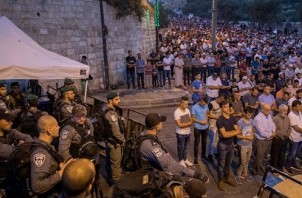 FeaturedImage_2017-07-25_BICOM_al-Aqsa-street-prayers-1008x600