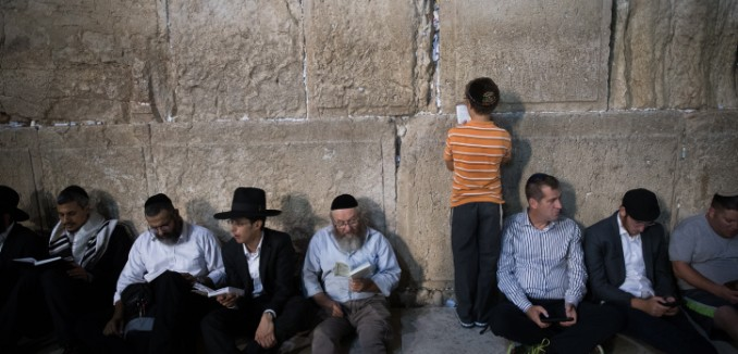 Western-Wall-praying